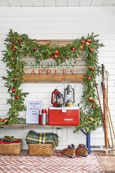 Make your season both merry and bright with these best DIY Christmas decorations. Not only are our homemade Christmas decor ideas easy, but they're also fun to make, from wreaths to trees and more. Farmhouse Christmas Decor, Country Christmas, Simple Christmas, Natural Christmas, Cozy Christmas, Christmas Ideas, Christmas 2019, Vintage Christmas, Christmas Crafts