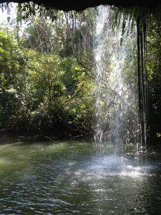 Der Weg zu den Twin Falls führt teilweise durch einen kleinen Bach, bis am Ende der Wasserfall erscheint und für die nötige Abkühlung sorgt. Man kann auch in die Höhle hinter den Wasserfall gehen :).