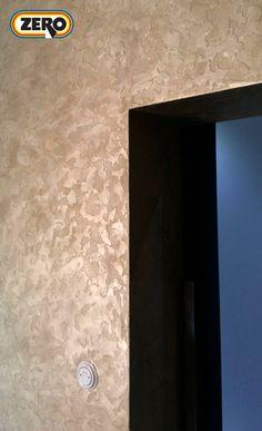 Designová vysoce odolná dekorační stěrka ZERO MagicTouch v plastickém provedení na stěně interiéru. Více než 270 barevných variant a stovky možností dekorů. Bathroom Lighting, Mirror, Furniture, Design, Home Decor, Bathroom Light Fittings, Bathroom Vanity Lighting, Decoration Home, Room Decor
