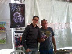 O escritor Daniel Moraes ao lado do carismático Sr. Claudenonor que adquiriu Bodas de Papel para presentar a filha.