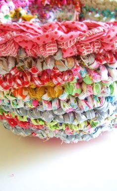 silly old suitcase: DIY-Tutorial; gehaakte vaas, pot of mand...crocheted vase, pot or basket with strips of cloth tied together
