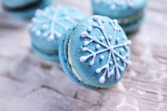 Dress up your macarons for the Holiday Season. These fancy cookies just got fancier. Dudley Wouldn't these be pretty for Chanukah? I'm scared of making these things though.they're notorious for epic baking fails. Christmas Tea Party, Christmas Desserts, Holiday Treats, Christmas Treats, Christmas Cookies, Snowflake Cookies, Macarons Christmas, Xmas, Blue Christmas