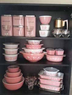 Best Amazing Retro Kitchen Design Ideas is part of Pyrex vintage - Best Amazing Retro Kitchen Design Ideas Read Pyrex Vintage, Vintage Dishes, Vintage Pink, Vintage Mom, Vintage Kitchenware, French Vintage, Vintage Cars, Vintage Style, Pink Pyrex