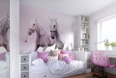 Kinderzimmer Wandgestaltung -ideen-fototapete-weisse-pferde-rosa-nuance-bett-stauraum