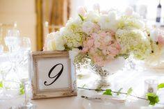belle décoration de table pour mariage - centre de table en hortensias blancs et roses et tulipes blanches