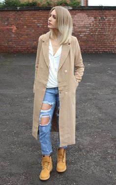 Destroyed jeans will look great worn with a pair of beige timberlands, as seen here worn by Charlotte Lewis. Wear this edgy look with a simple white V neck to accurately recreate this style. Jeans/Top/Coat/Bag: Pretty Little Thing, Boots: Timberland. How To Wear Timberlands, Timberland Boots Outfit, Timberland Outfits Women, Timberland Fashion, Girl Outfits, Casual Outfits, Mode Outfits, Look Street Style, Street Style