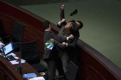 Pelea en la legislatura en Hong kong