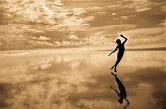L'amore non è un bisogno, ma un traboccare… L'amore è un lusso. È abbondanza. Significa possedere così tanta vita che non sai più cosa farne, quindi la condividi. Significa avere nel cuore infinite melodie da cantare; che qualcuno ascolti o no è irrilevante. Anche se nessuno ascolta, devi comunque cantare, devi danzare la tua danza.  Osho, Con te e senza di te