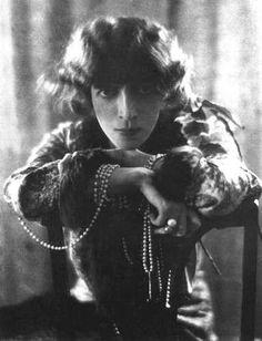 Pearls_with_Luisa_Casati_by_Adolf_de_Meyer_1912.jpg (383×500)