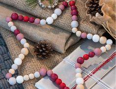 Pour Noël, un intérieur nature vintage avec... des étoiles en perlesOn crée de belles étoiles en perles pour accrocher contre un mur ou à une branche du sapin, super malin !