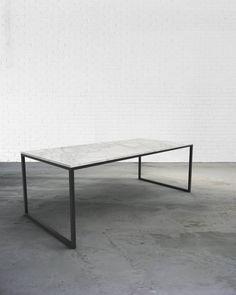 Het stalen onderstel van de Hugo eettafel is de eenvoud zelf. Het onderstel in staal past perfect bij een blad in wit marmer.