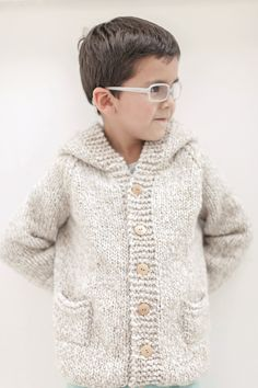 Chaleco con botones - Revista Paula Knitting Patterns Boys, Coat Patterns, Knitting For Kids, Knitting Designs, Baby Knitting, Toddler Cardigan, Baby Cardigan, Crochet Cardigan, Knit Baby Sweaters