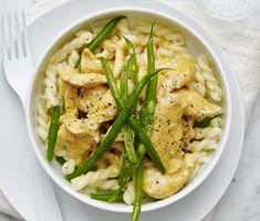 Pasta med krämig kyckling och haricots verts | Recept ICA.se Tapenade, Crunches, Hummus, Thai Red Curry, Foodies, Paleo, Food And Drink, Chicken, Baking