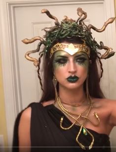 When it comes to embodying the fearsome goddess Medusa, it's ALL about the headdress! In this tutorial I share my headdress secrets for those with a little . Medusa Halloween Costume, Diy Halloween Costumes For Women, Halloween Makeup Looks, Halloween Kostüm, Halloween Outfits, Halloween Tutorial, Halloween Parties, Medusa Costume Makeup, Group Halloween