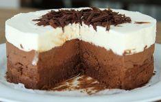 Μια πανεύκολη συνταγή με 4 μόνο υλικά για μια υπέροχη τούρτα τριπλής σοκολάτας. Μια τούρτα με σοκολάτες, κουβερτούρας, γάλακτοςκαιλευκή σοκολάτα για τους
