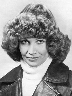 Herrlichen Frisuren 1970 1970s Hairstyles, Permed Hairstyles, Vintage Hairstyles, Hairdos, Crazy Hairstyles, Crazy Hair Days, Bad Hair Day, Short Permed Hair, Mushroom Hair