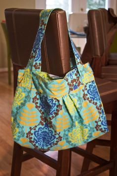 "Easy tote bag pattern/tutorial. I wan't to make this to use as Faye's ""diaper bag"" so that I can use it separately or throw it in Arabelle's big diaper tote."