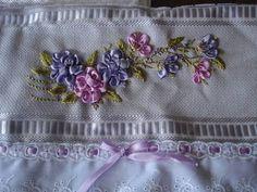Toalhinha de mão bordada com fitinha e com bordado inglês