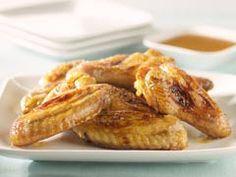 Cómo hacer Alas de pollo al limón. Lavamos el pollo y lo secamos bien. Picamos el romero y lo mezclamos con 5 cucharadas de zumo de limón, 1 cucharada de miel,