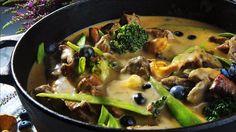 Denne høstlige kjøttgryten med sopp, blåbær og gode grønnsaker er lett å imponere med. Perfekt når du venter gjester.     Server med hjemmelaget potetmos eller kokte mandelpoteter.    Koketiden kan variere fra én til to timer, alt etter hva slags kjøttstykker som brukes.