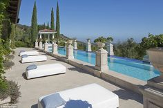 Inside Heidi Klum House, an Italian-Style Villa - Heidi Klum's house is an Italian-style villa, completed in has been given the Heidi makeover—a comp Heidi Klum, Inside Celebrity Homes, Celebrity Houses, Celebrity Mansions, Style Villa, Infinity Edge Pool, Expensive Houses, California Homes, Sunny California