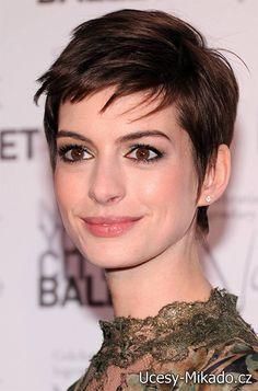 Anne Hathaway krátké vlasy