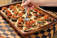 An irresistible Clams Casino recipe, not to be missed! Fresh clams topped with crispy bacon and herbs, then toasted with breadcrumbs. A brilliant appetizer Clams Casino, Tasty, Yummy Food, Looks Yummy, Fish And Seafood, Seafood Recipes, Vegetable Pizza, Delish, Spicy