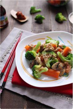 Wok de légumes et poulet, sauce saté