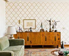 Sala de estar com aparador de madeira em estilo retrô. E papel de parede.   https://www.homify.com.br/livros_de_ideias/41915/10-salas-lindas-para-sonhar