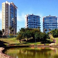 O inverno parece que saiu de férias! #malasepanelas #portoalegre #poa #igerspoa #parque #sol #predio #cidade #urbano #reflexo