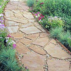 Schöner Steinweg mit Kieselsteinen dazwischen