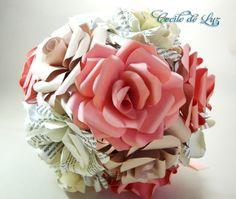Bouquet de  rosas em papel importado, em 5 tonalidades, branco, bege, nude, rosa e estampado folhas de livro.  - Diâmetro de 22 cm  - 15 rosas de 9 cm   -  Cabo encapado em cetim, com detalhes em tule e várias fitas de cetim  Atenção: Flor de lapela não inclusa.  OBS:  GANHE  6% DE DESCONTO NESTE PRODUTO, EFETUANDO A COMPRA POR DEPÓSITO BANCÁRIO. R$ 192,00