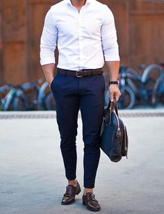 We rounded up 8 amazing looks you can try with your white shirt, from pairing it with ripped denim or cool chinos. Now, to help you style your white shirt right, we've put together 8 insanely cool photos of guys wearing a crisp white shirt. White Shirt Outfits, White Shirt Men, Outfit Jeans, White Shirts For Men, Casual Outfits, Mens Fashion Blog, Fashion Mode, Fashion Shoes, 80s Fashion