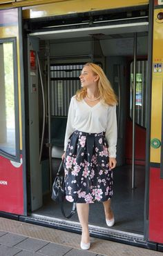 Outfit: Kirschblütenrock und weiße Bluse Rock, Cherry Blossom, Midi Skirt, Skirts, Ideas, Fashion, Pretty Outfits, Cherries, Outfit Ideas