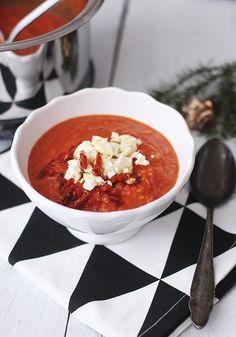 Tomatensuppe mit Bulgur, Blumenkohl und Feta