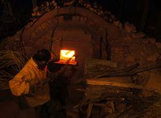 Cuisson de stage, David Louveau de La Guigneraye, La Borne, FR stoking the kiln