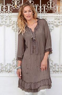 Vacker klänning i krinklad kvalitet med fin lyster. 2 volanger varav 1 i mesh nedtill samt i ärmslut.