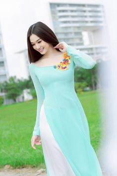 Vietnamese long dress But loved the blue color shadeEntertaintment: Hotgirls and Ao Dai My áo dài mong manh trong gió Ao Dai, Indian Designer Outfits, Designer Dresses, Pakistani Dresses, Indian Dresses, Indian Suits, Dress Outfits, Fashion Dresses, Dress Up