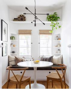 🍀Cub & Clover 🍀 This modern boho dining nook by Katie Hodges Design balances just the right amount of bohemian and modern. copycatchic recreates it for less! luxe living for less budget home decor and design daily finds and room redos Kitchen Breakfast Nooks, Breakfast Nook Bench, Small Breakfast Table, Breakfast Knook, Breakfast Room Ideas, Breakfast Table Decor, Perfect Breakfast, Window Benches, Window Table
