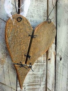 Beautiful DIY Heart Crafts For The Romantic In You-homesthetics Primitive Crafts, Wood Crafts, Barn Wood, Rustic Wood, Valentine Heart, Valentines, Objet Deco Design, Reclaimed Wood Projects, Salvaged Wood