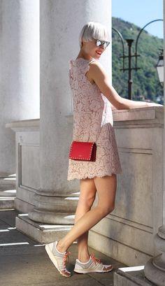 Use um vestido etéreo com ténis, como Linda Tol. lindatol.com (ph. bellotti claudia)