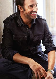 Jean Dujardin--never heard of him but boy does he have a fabulous smile under that sexy scruff