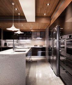 Cozinha dos sonhossss!!!!! O teto em madeira e o projeto luminotécnico valorizaram mais ainda o projeto. ME SIGAM TAMBÉM @millenniummoveiseobjetos @luhpelomundo