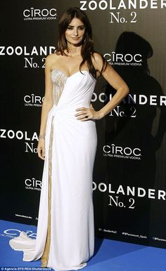 Penelope Cruz in Atelier Versace attends the Madrid premiere of Zoolander No.2 on February 1, 2016