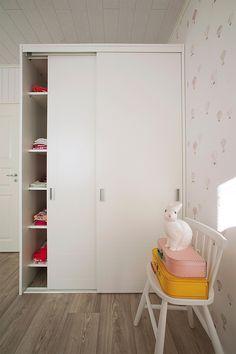 Kaapistoissa säilyvät vaatteet ja lelut. www.toivekeittiot.fi