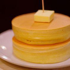 パンケーキブームが止まることを知らず、ますます勢いを増していますね。東京都内にも多くのパンケーキ専門店が誕生し、連日大人気です。しかし、たまにはレトロで落ち着いた雰囲気の中で、昔ながらのどこか懐かしい美味しさのホットケーキを食べてみてはいかがでしょうか?ここでは、東京都内のホットケーキが食べられるおすすめの純喫茶を7つご紹介します。 Dairy, Cheese, Food, Essen, Meals, Yemek, Eten