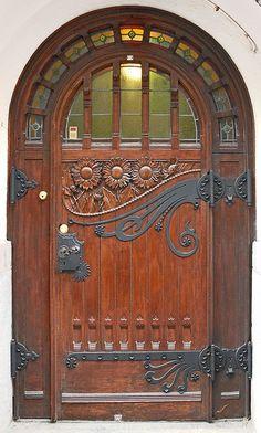 Porte d'entrée de l'immeuble résidentiel, conçu en 1897 par le trio d'architectes : Gesellius-Lindgren-Saarinen.