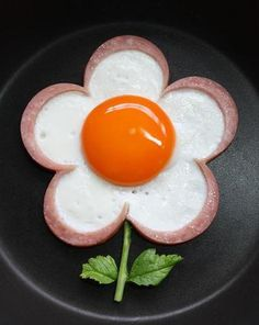 "Ham Egg Flower- just cut ham in flower shape, place on skillet and cook egg in your ""mold""! Cute Food, Good Food, Yummy Food, Kreative Snacks, Baby Food Recipes, Cooking Recipes, Pasta Recipes, Cooking Tips, Food Art For Kids"