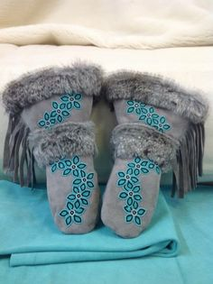 I'd love to make a pair of these.Gauntlets are handmade with genuine leather and fur. All materials used are of superior quality. All of our items are made by a family of Manitoba Native Beading Patterns, Beadwork Designs, Native Beadwork, Native American Beadwork, Beaded Moccasins, Native Design, Nativity Crafts, Beading Projects, Beading Ideas