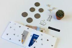 Plånbok med tryck av vinkorks-stämpel av Anna María Larsson